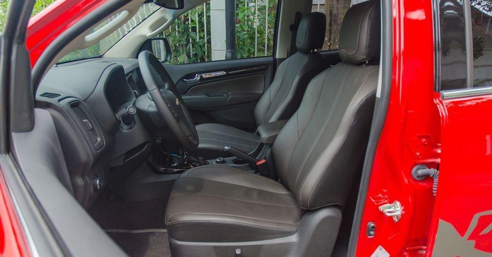 Đánh giá xe Chevrolet Colorado 2019 HighCountry: Thiết kế hàng ghế trước 1