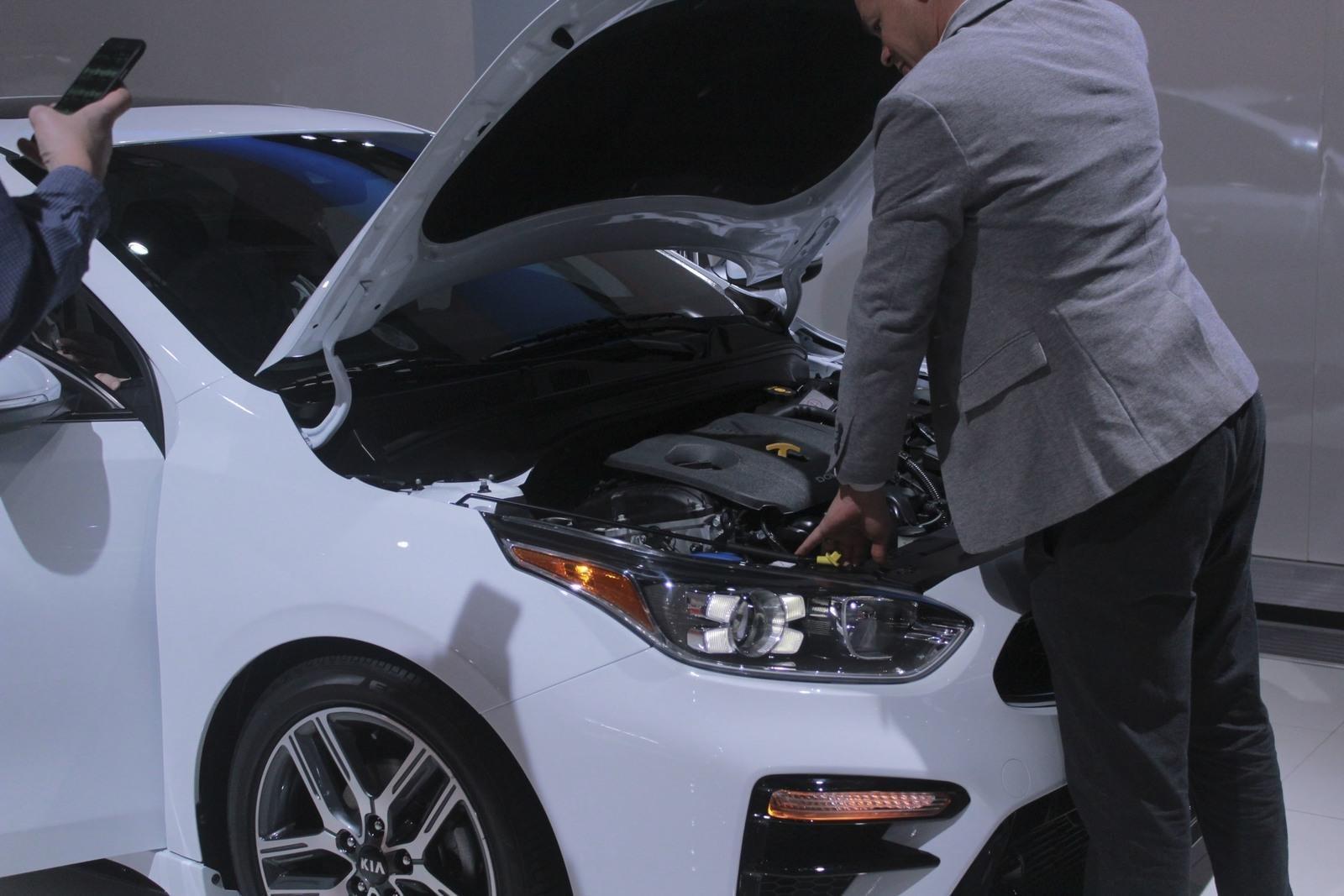 So sánh xe Mazda 3 2018 và Kia Cerato 2019 về khoang hành lý - Ảnh 1.