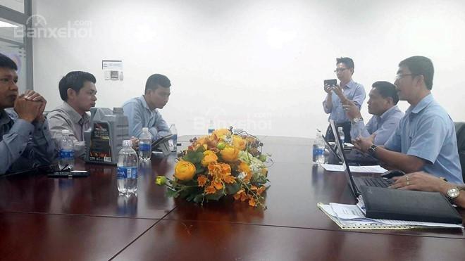 Cuộc đàm phán giữa khách hàng và đại diện Ford Việt Nam