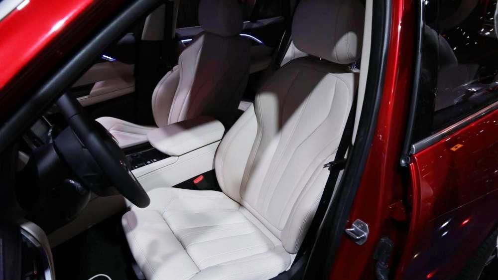 Nissan Terra V 2019 và VinFast LUX SA2.0 cao cấp 2019 về ghế ngồi 2
