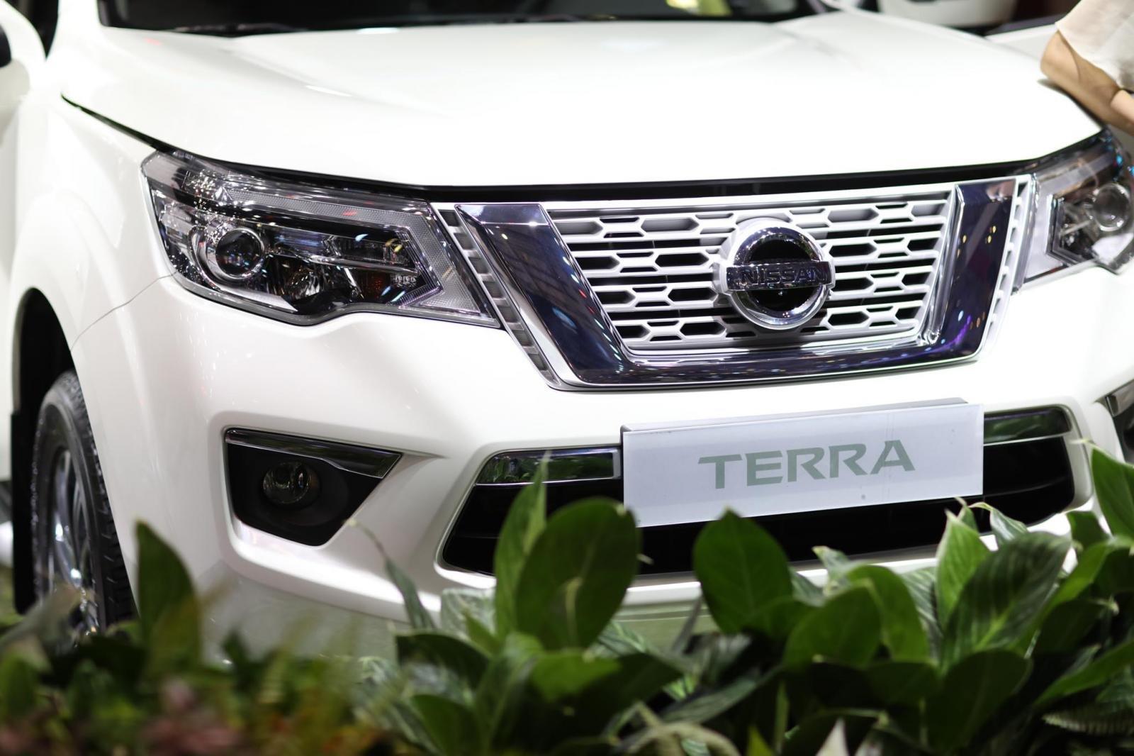 Nissan Terra V 2019 và VinFast LUX SA2.0 cao cấp 2019 về đầu xe 3