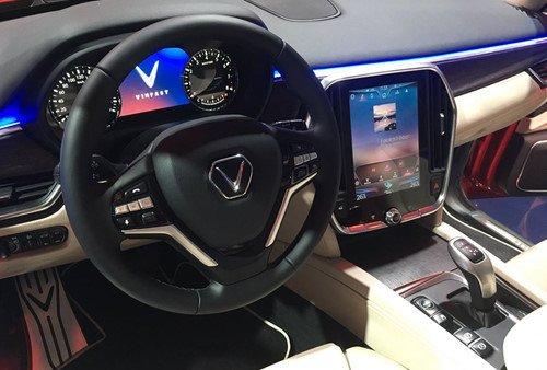 Nissan Terra V 2019 và VinFast LUX SA2.0 cao cấp 2019 về vô lăng 2