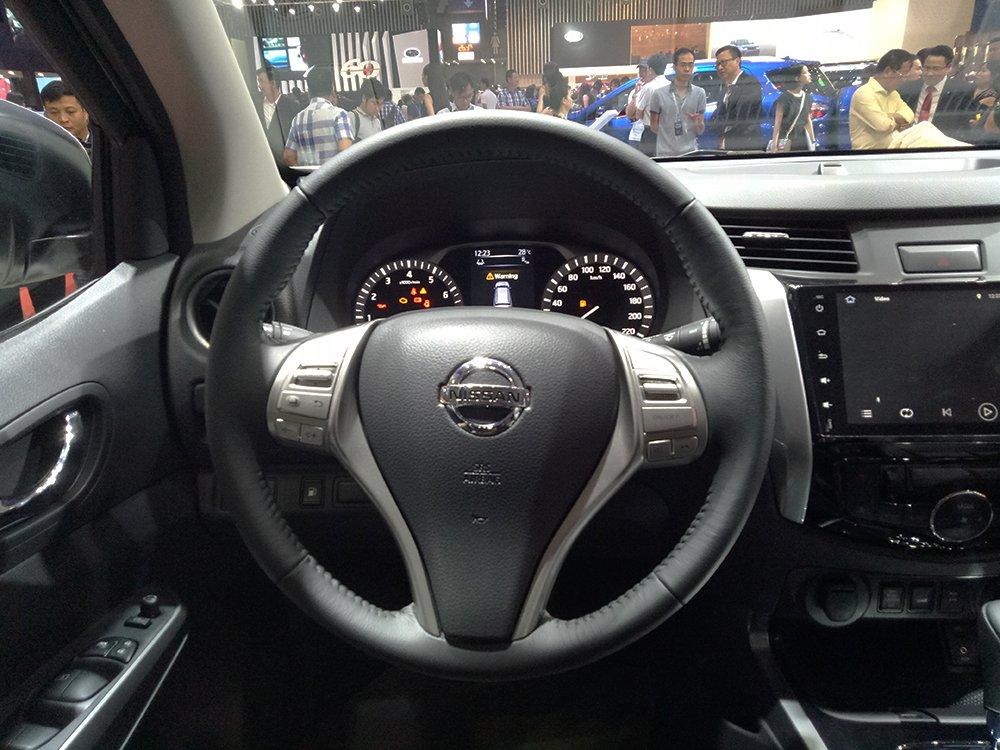 Nissan Terra V 2019 và VinFast LUX SA2.0 cao cấp 2019 về vô lăng 3