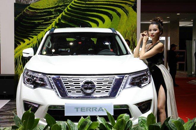 Nissan Terra V 2019 và VinFast LUX SA2.0 cao cấp 2019 về đầu xe 1