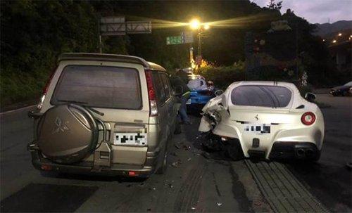 Sinh viên lái xe Mitsubishi và đâm vào 4 siêu xe Ferrari