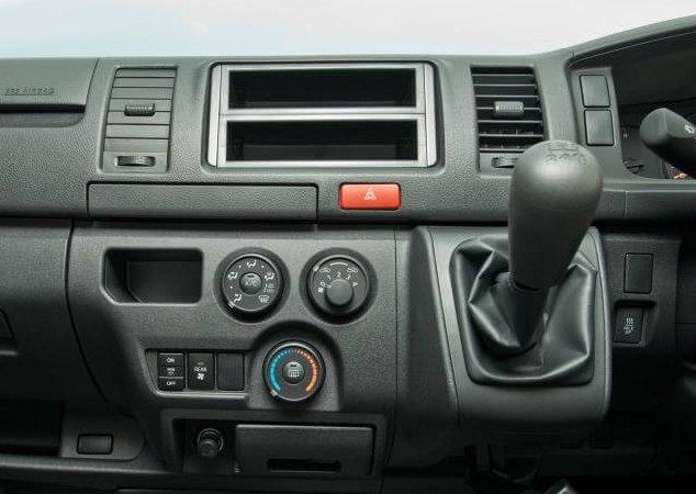 So sánh xe Hyundai Solati và Toyota Hiace về trang bị giải trí 3