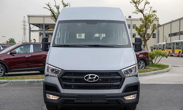 So sánh xe Hyundai Solati và Toyota Hiace về đầu xe.