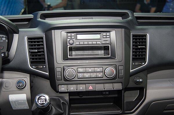So sánh xe Hyundai Solati và Toyota Hiace về trang bị giải trí.
