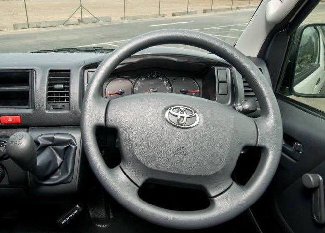 So sánh xe Hyundai Solati và Toyota Hiace về nội thất 3