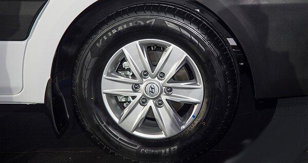 So sánh xe Hyundai Solati và Toyota Hiace về thân xe 5