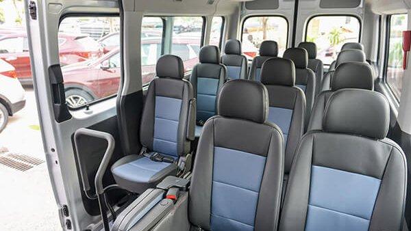 So sánh xe Hyundai Solati và Toyota Hiace về ghế ngồi.