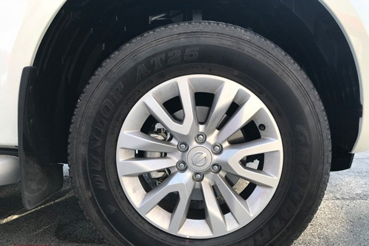 Ảnh chụp vành xe Nissan Terra 2019 bản số sàn