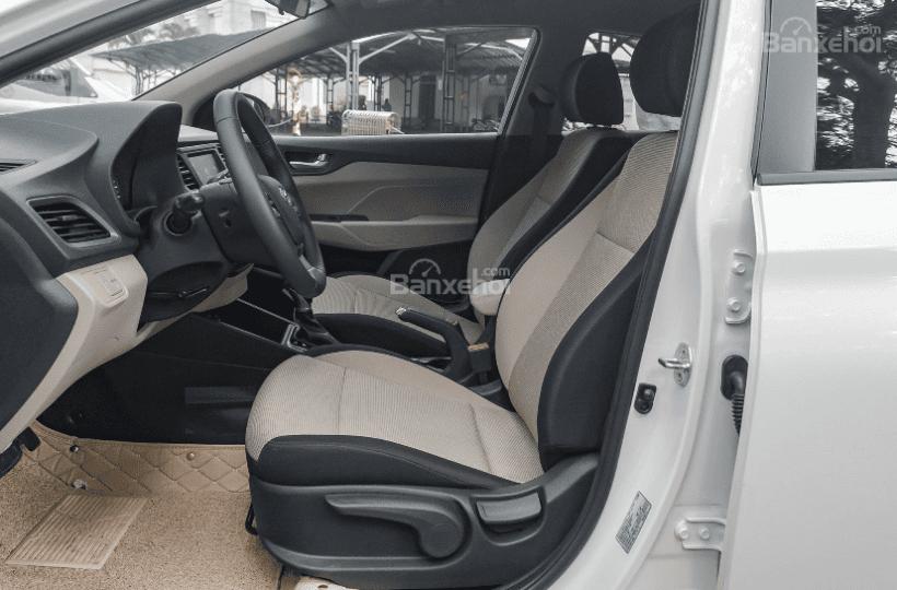 Hyundai Accent 1.4MT 2018 và Mazda 2 Sedan 2019 về ghế ngồi 1