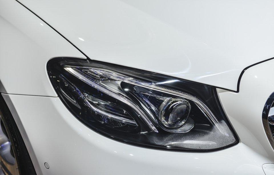 Đánh giá xe Mercedes-Benz E250 2019: Đèn pha Full-Led Multi-Beam đa luồng 1