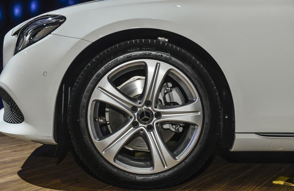Đánh giá xe Mercedes-Benz E250 2019: Mâm 18 inch 5 chấu đơn 1