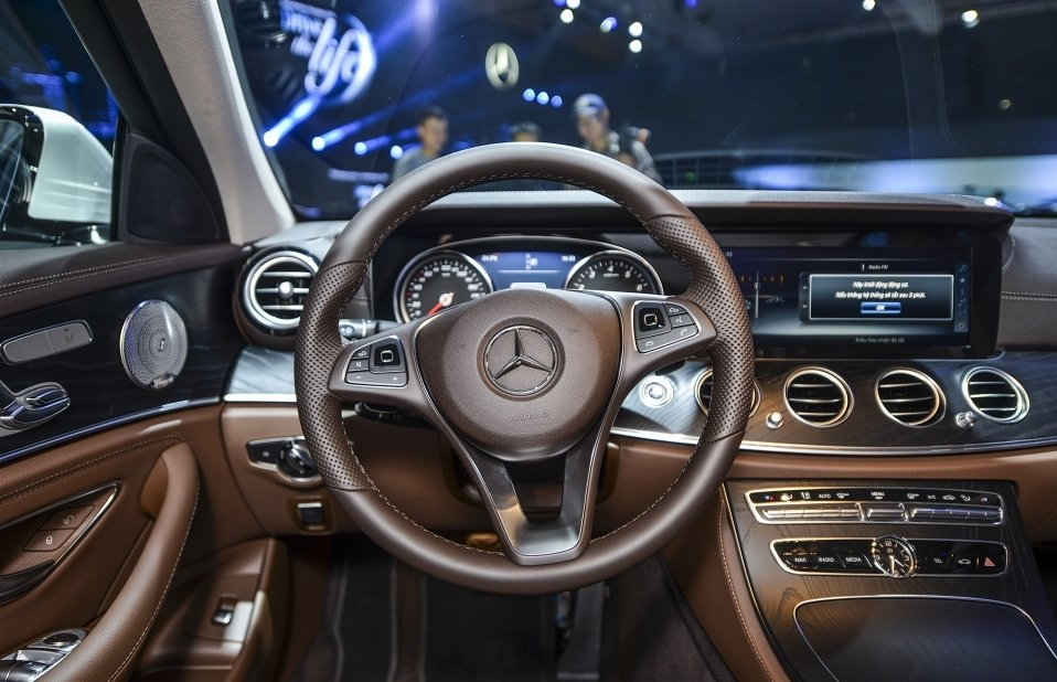 Đánh giá xe Mercedes-Benz E250 2019: Vô-lăng 3 chấu tạo điểm nhấn thu hút 1