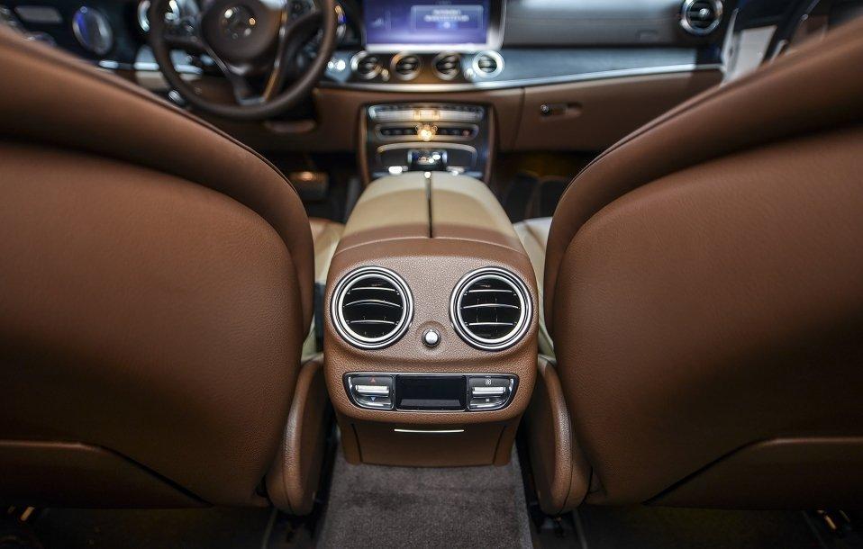 Đánh giá xe Mercedes-Benz E250 2019: Cửa gió điều hòa cho hàng ghế sau 1
