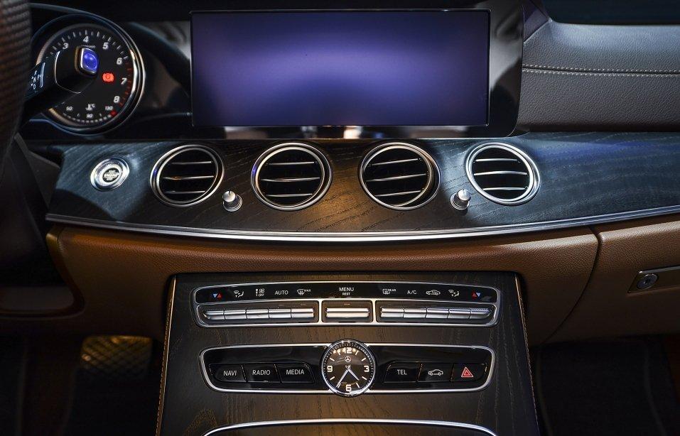 Đánh giá xe Mercedes-Benz E250 2019 về hệ thống tiện nghi a1