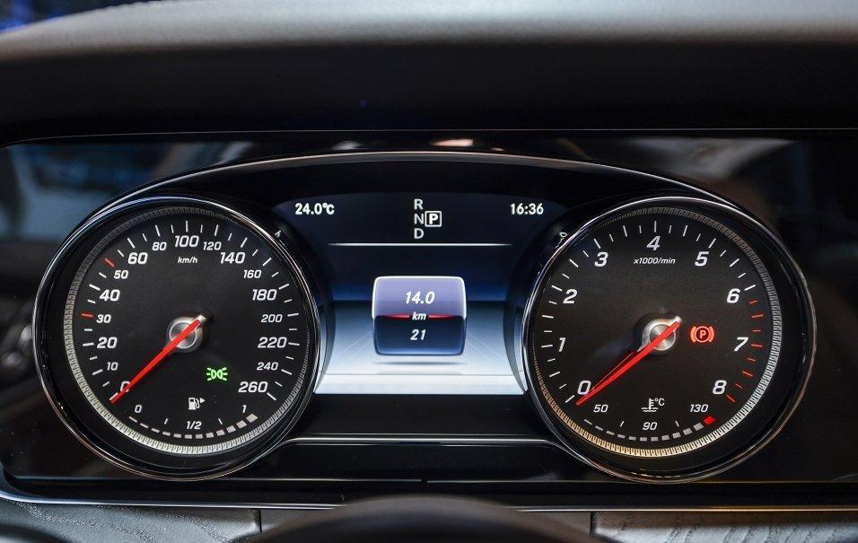 Đánh giá xe Mercedes-Benz E250 2019: Cụm đồng hồ analog 1