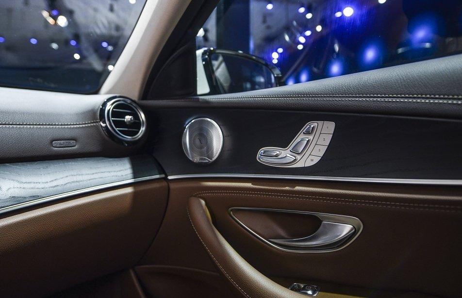 Đánh giá xe Mercedes-Benz E250 2019: Cửa gió điều hòa cho người ngồi hàng ghế trước