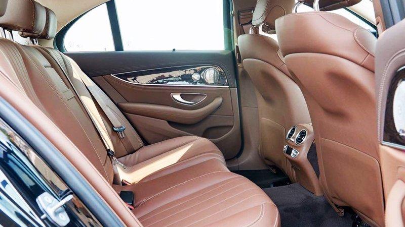 Đánh giá xe Mercedes-Benz E250 2019: Thiết kế hàng ghế sau 1