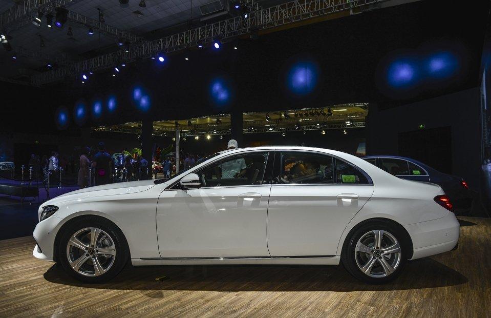 Thân xe Mercedes-Benz E250 2019 gây ấn tượng với bộ mâm 18 inch 5 chấu đơn a1