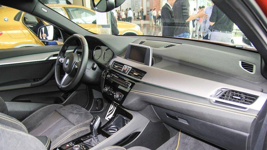 So sánh xe BMW X2 2019 và Mercedes-Benz GLA Class 2019 về nội thất: Cao cấp như nhau.