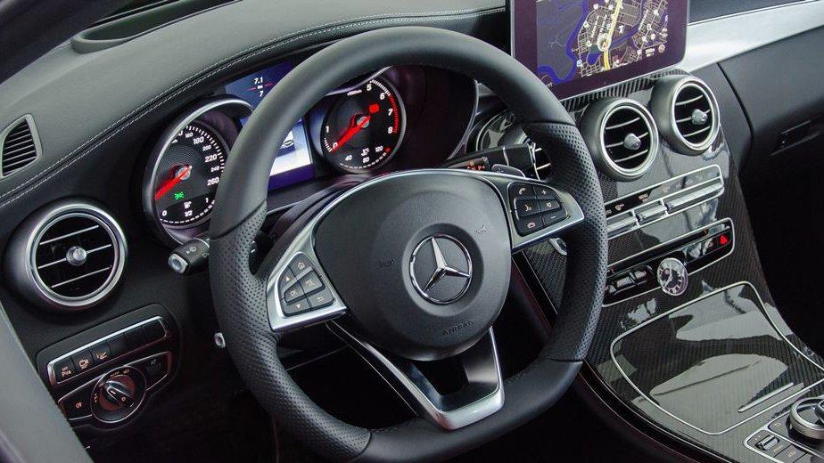 So sánh Mercedes C200 2019 và Toyota Camry 2019 về vô-lăng và ghế ngồi 6