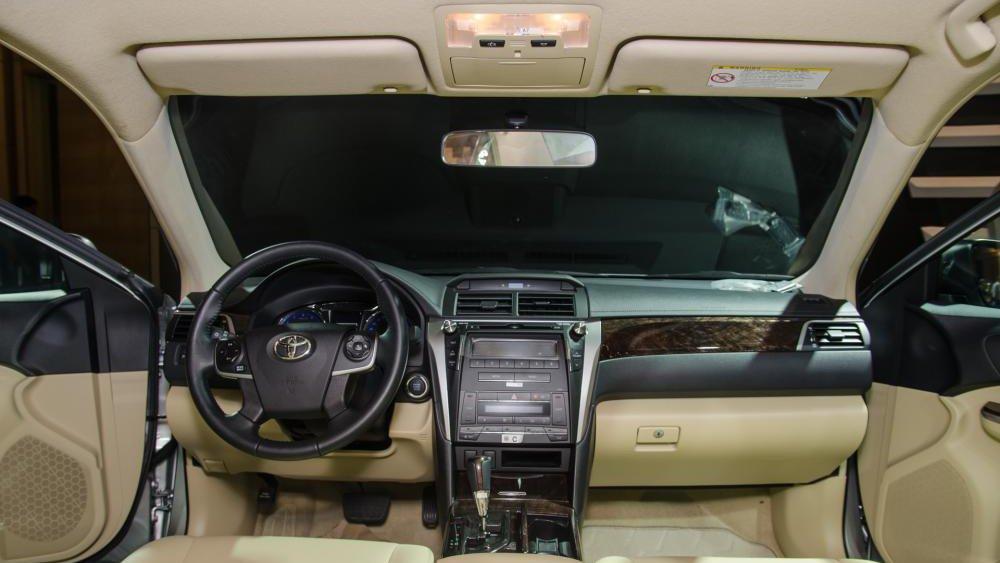 So sánh Mercedes C200 2019 và Toyota Camry 2019 về nội thất.