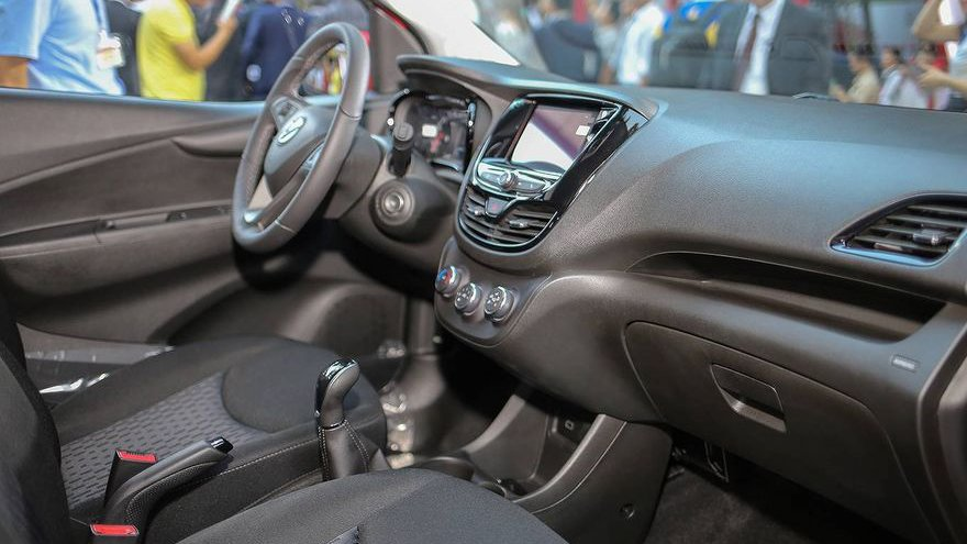 Nội thất xe Honda Brio 2019 và VinFast Fadil 2020 - Ảnh 1.