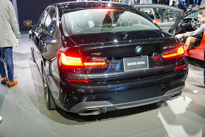 Ảnh chụp đuôi xe BMW M340i 2020