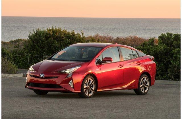 Toyota Prius màu đỏ