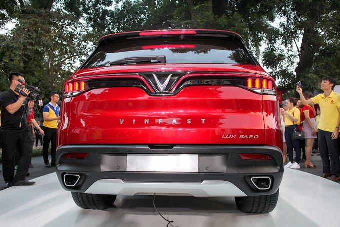 Ảnh chụp đuôi xe VinFast LUX SA2.0 2019 màu đỏ