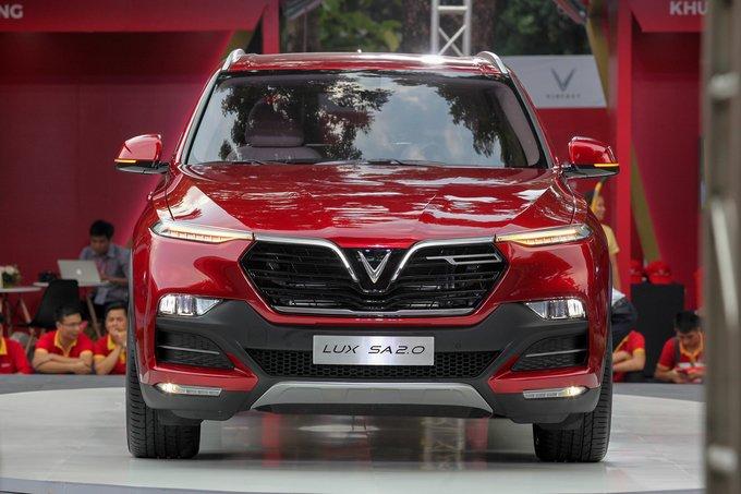 Ảnh chụp cận cảnh đầu xe VinFast LUX SA2.0 2019 màu đỏ