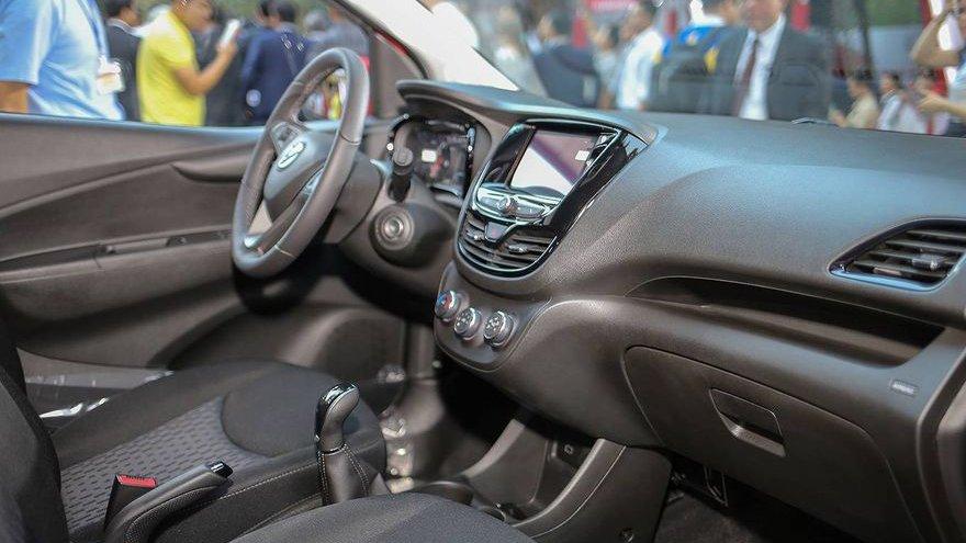 So sánh xe VinFast Fadil 2019 và Chevrolet Spark 2019 về nội thất.