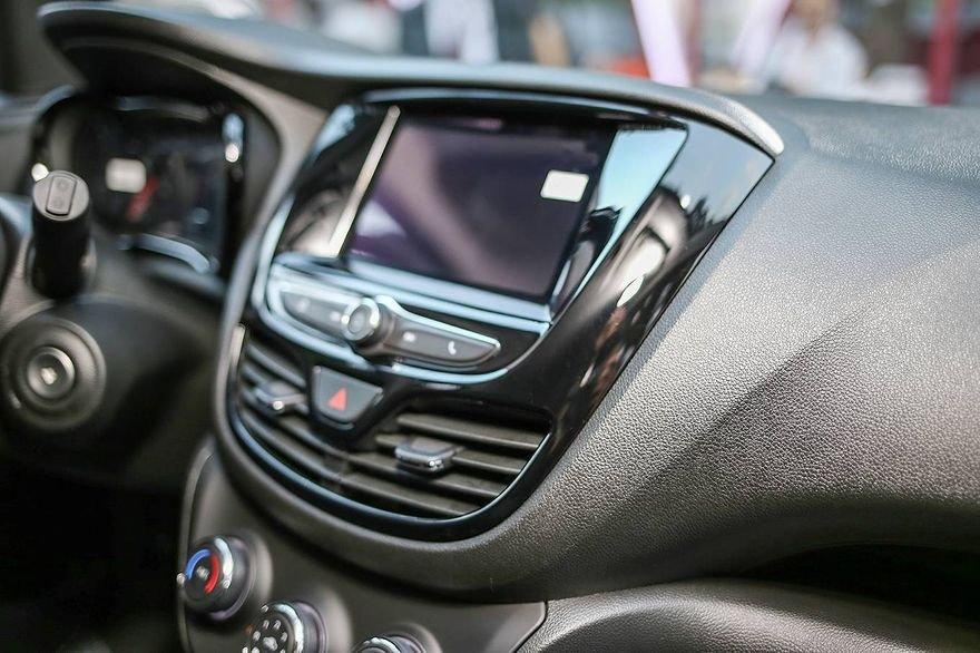 So sánh xe VinFast Fadil 2019 và Chevrolet Spark 2019 về trang bị giải trí.