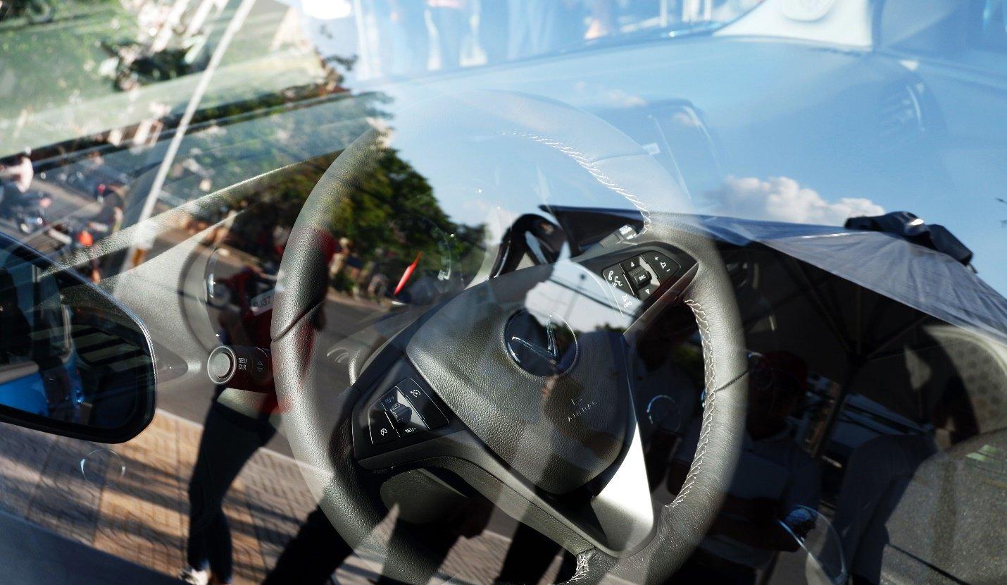 So sánh xe VinFast Fadil 2019 và Chevrolet Spark 2019 về vô-lăng.