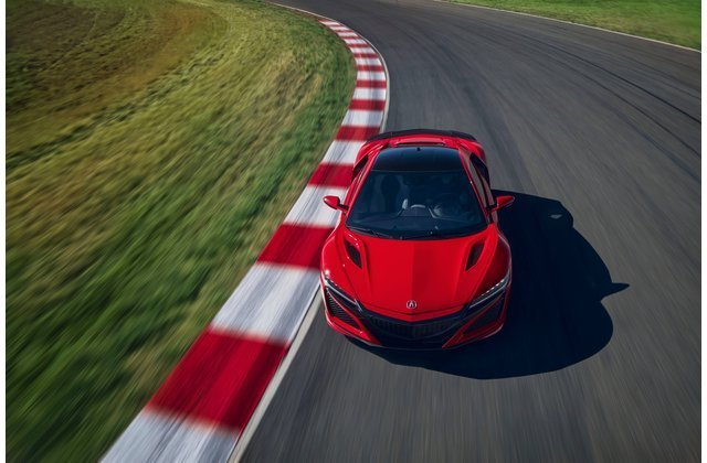Xe Lexus màu đỏ