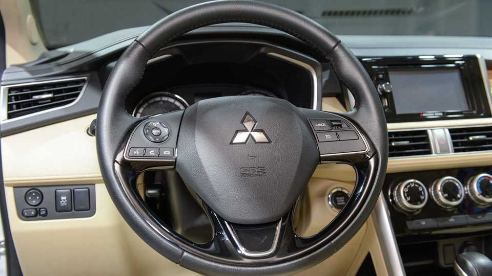 Ảnh chụp chi tiết vô-lăng xe Mitsubishi Xpander 2018 bản cao cấp