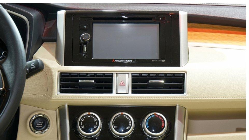 Ảnh chụp chi tiết màn hình cảm ứng trên xe Mitsubishi Xpander 2018 bản cao cấp