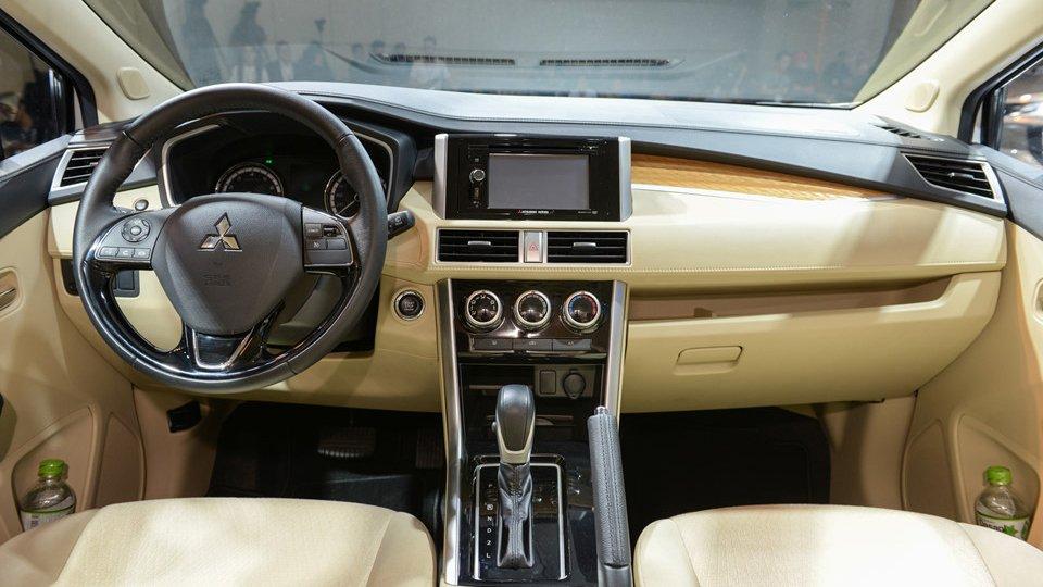 Ảnh chụp chi tiết bảng táp-lô xe Mitsubishi Xpander 2018 bản cao cấp