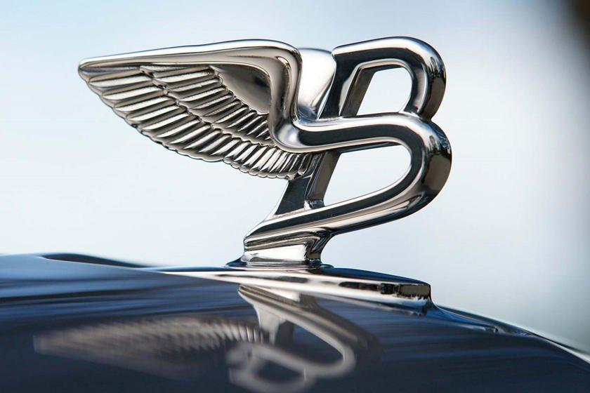 """Khám phá 10 logo trên mui xe ấn tượng nhất toàn cầu - Bentley """"Flying B""""."""