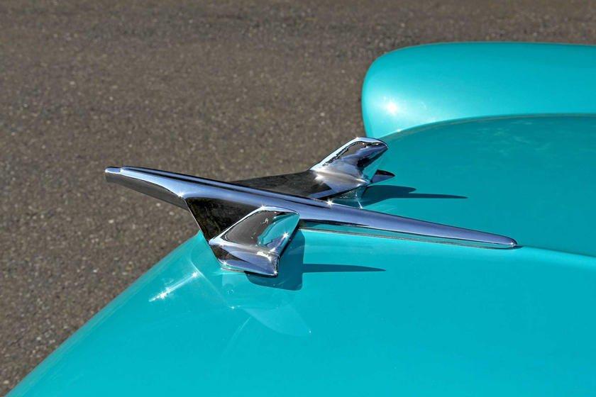 Khám phá 10 logo trên mui xe ấn tượng nhất toàn cầu-Chevrolet Bel Air 1955 1.