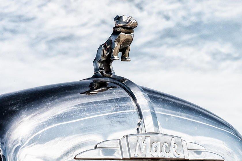 Khám phá 10 logo trên mui xe ấn tượng nhất toàn cầu-Mack Bulldog.