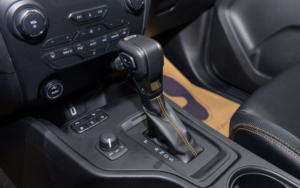 Nội thất xe Ford Ranger Wildtrak 2019: Cần gạt số.