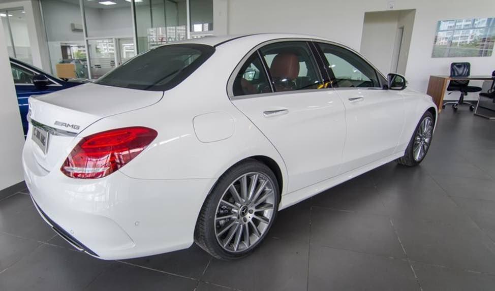 Mercedes-Benz C250 Exclusive và C300 AMG về phần đuôi 3