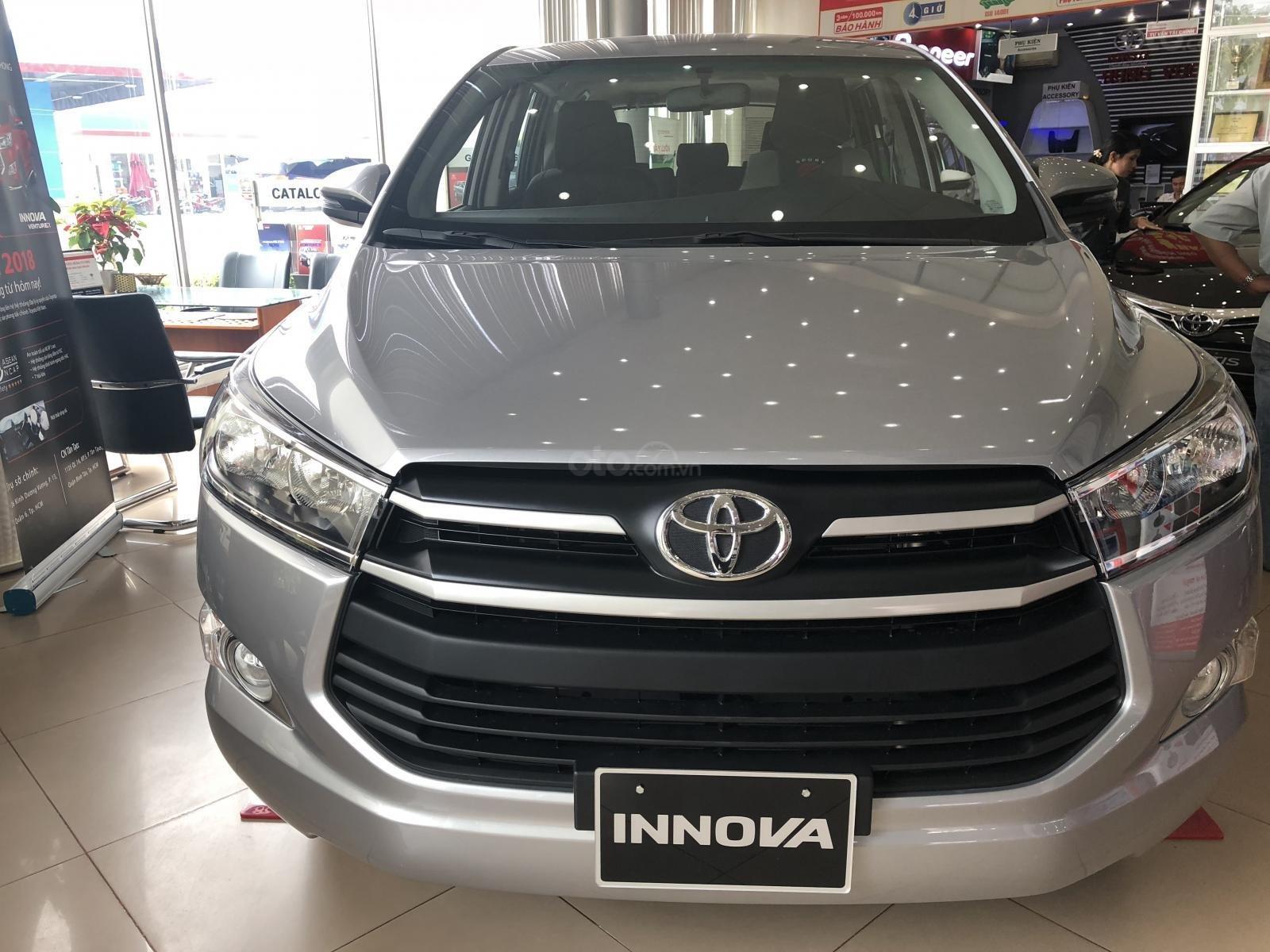 Toyota Hùng Vương bán xe Innova E sản xuất 2019, màu bạc, giá 746 triệu-0