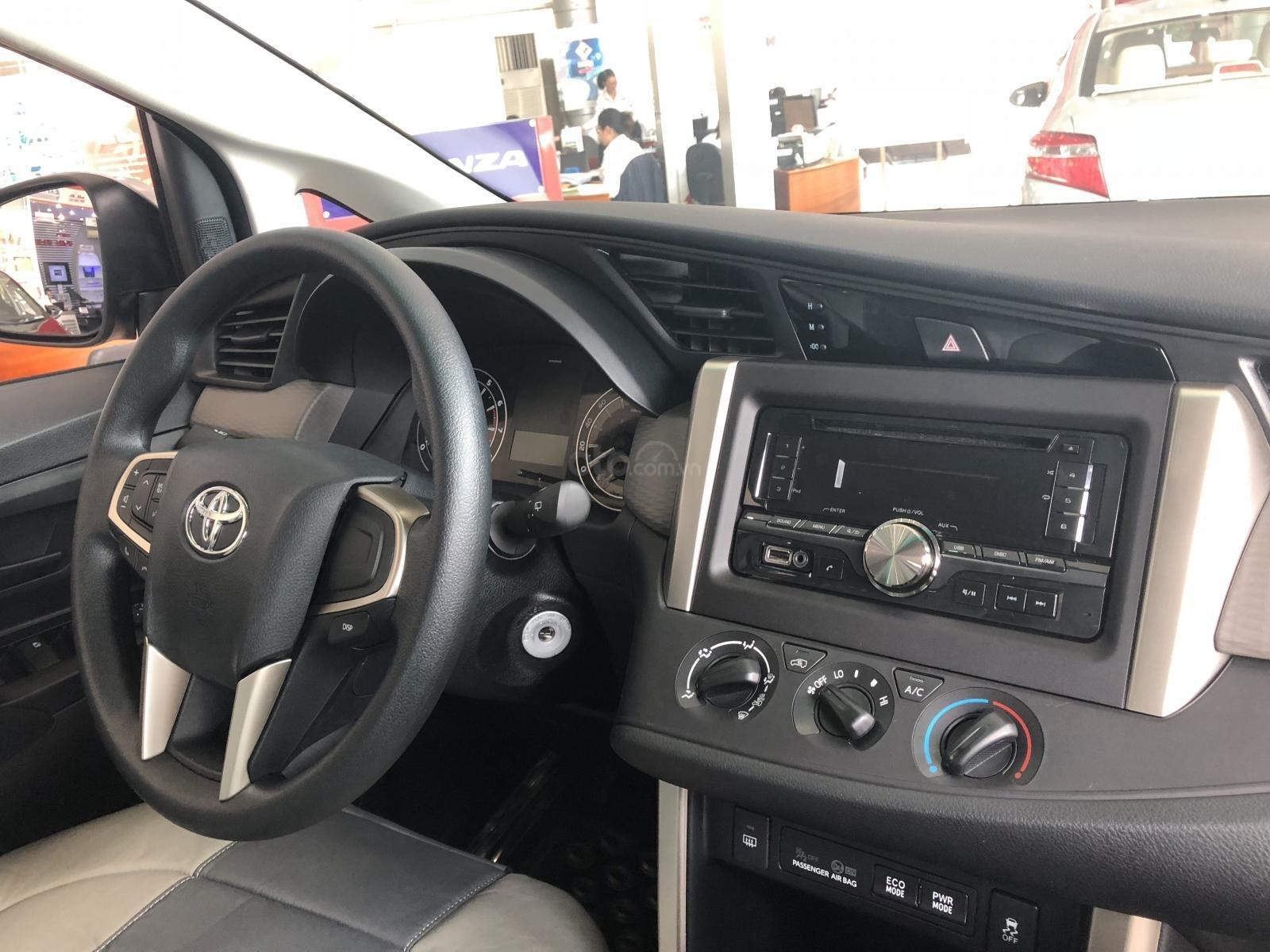 Toyota Hùng Vương bán xe Innova E sản xuất 2019, màu bạc, giá 746 triệu-3