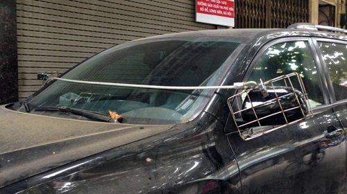 Một chiếc xe màu đen được khóa gương bằng khung thép...