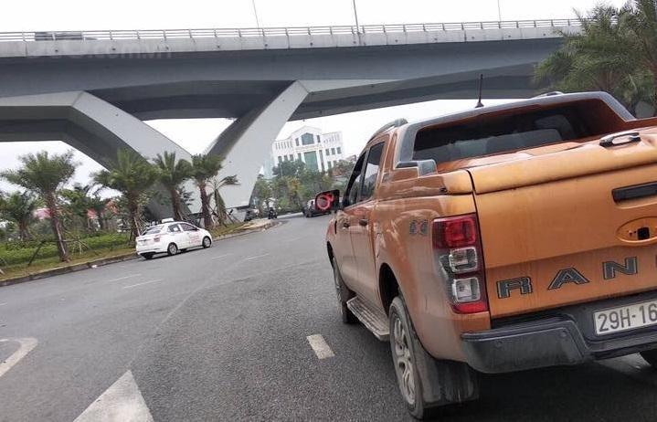 Chiếc Ford Ranger màu cam bị đánh cắp gương...